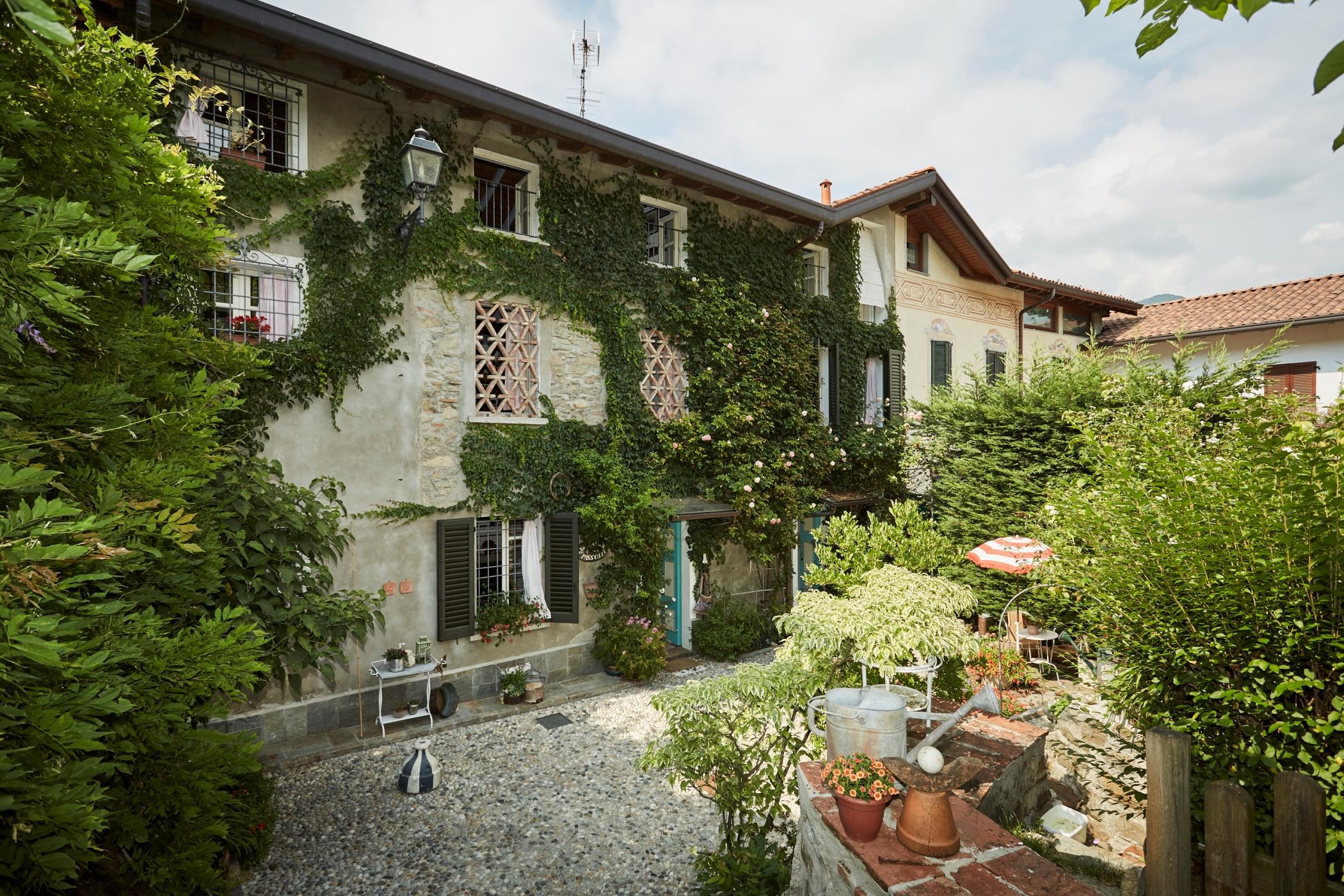 Villa Casale a Olginate immersa nel verde
